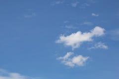 Molniga himlar under dagen arkivbild