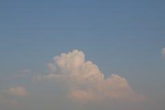 Molniga himlar under dagen royaltyfri foto