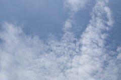 Molniga himlar under dagen arkivfoto