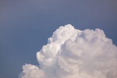 Molniga himlar under dagen arkivbilder
