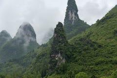 Molniga kalkartade berg Arkivfoto