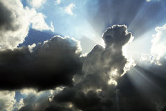 molniga skysunrays Royaltyfria Bilder