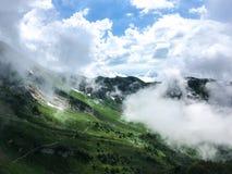 Molnigt bergskuggalandskap Arkivfoton