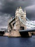 molnigt dagtorn för bro Arkivfoto