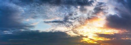 Molnigt foto för panorama för morgonskymninghimmel arkivbild