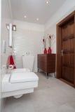 Molnigt hem - liten badrum arkivfoto