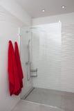 Molnigt hem - modern dusch royaltyfri foto