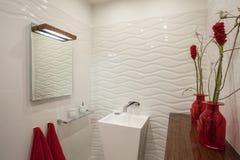 Molnigt hem - samtida badrum arkivfoto