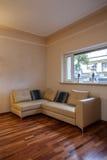Molnigt hem - sofa royaltyfri foto