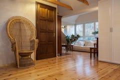 Molnigt hem - vardagsrum royaltyfri foto