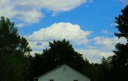molnigt hus royaltyfria bilder