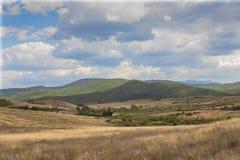 Molnigt landskap av det Pirin berget över byn av den Hadjidimovo Bulgarien royaltyfria bilder