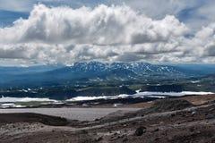 Molnigt landskap för härligt berg av den Kamchatka halvön Fotografering för Bildbyråer