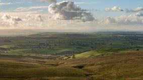 Molnigt landskap i de Yorkshire dalarna, UK arkivfoto