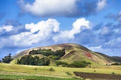 Molnigt landskap med bergbakgrund Royaltyfria Bilder