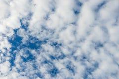 Molnigt med blå himmel i sommar royaltyfri fotografi