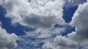 Molnigt och himmel Arkivfoto