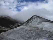 Molnigt snöig berg Arkivbild