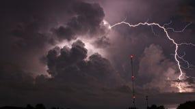 Molnigt stormigt väder för blixtslag arkivbild