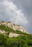 Molnigt väder över Krim berg Arkivfoto