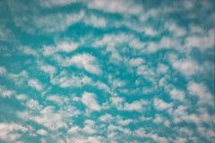 Molnmodell på blå himmel Arkivbild