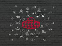 Molnnätverkandebegrepp: Moln med kod på väggbakgrund Arkivfoton