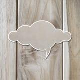 Molnpapper på träplanka arkivfoton