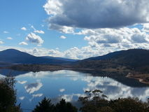 Molnreflexion i sjön Arkivbilder