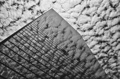 Molnreflexion på byggnad Arkivbilder