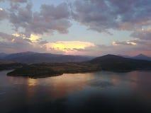 Molnreflexion på sjön Dillon royaltyfria bilder