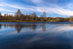Molnreflexioner i sjön Arkivfoton