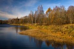 Molnreflexioner i sjön Royaltyfria Foton