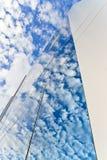 Molnreflexioner på glasväggen Royaltyfri Fotografi