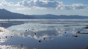 Molnreflexioner på Lake Tahoe Arkivbild