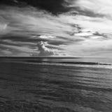 Molnscape över det lugna havet Royaltyfria Bilder