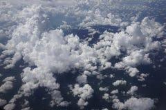 Molnsikt från ett flygplan Arkivfoto