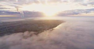 Molnsurrflyget med blått gör klar himmel genom att använda surret arkivfilmer