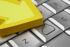 Molnsymbol på ett datortangentbord Stor datafil Royaltyfria Foton