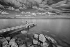 Molo in bianco e nero di esposizione lunga Immagine Stock