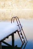 Molo con la scala sotto neve Fotografia Stock Libera da Diritti