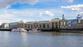 Molo dei maggiordomi a Londra veduta dal ponte della torre Immagini Stock Libere da Diritti