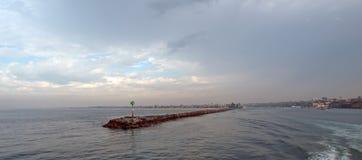 Molo del frangiflutti della spiaggia di Newport in California del sud U.S.A. immagini stock