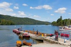 Molo della barca per i viaggi Bowness sul distretto Cumbria Inghilterra Regno Unito del lago Windermere immagini stock