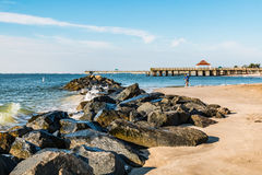 Molo della roccia della spiaggia di Buckroe e due pilastri Fotografie Stock