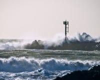 Molo della roccia della torre del metallo che schianta Wave Immagine Stock Libera da Diritti