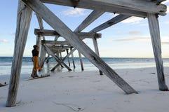 Molo della spiaggia della donna Fotografie Stock Libere da Diritti