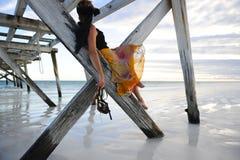Molo della spiaggia della donna Fotografia Stock Libera da Diritti