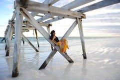 Molo della spiaggia della donna Fotografia Stock