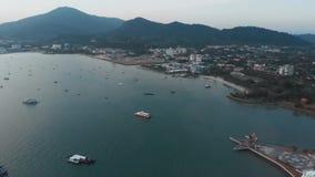 Molo di Kuah Fuco di volo sopra il porto nella citt? di Kuah Il fuco aumenta uniformemente con la macchina fotografica abbassata  stock footage