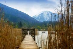 Molo di legno con il portone nel lago di tegernsee, supporto innevato Fotografie Stock